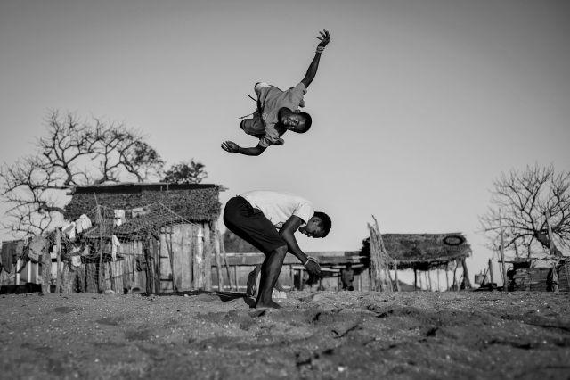 Enfants qui sautent – Madagascar ©Céline Ravier