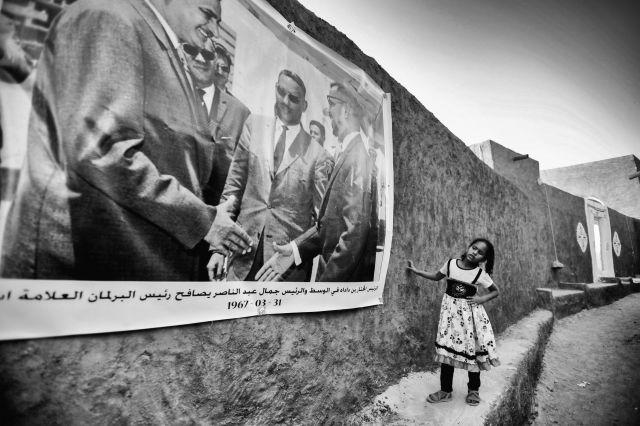 Fillette qui regarde une affiche - Oualata – Mauritanie ©Céline Ravier